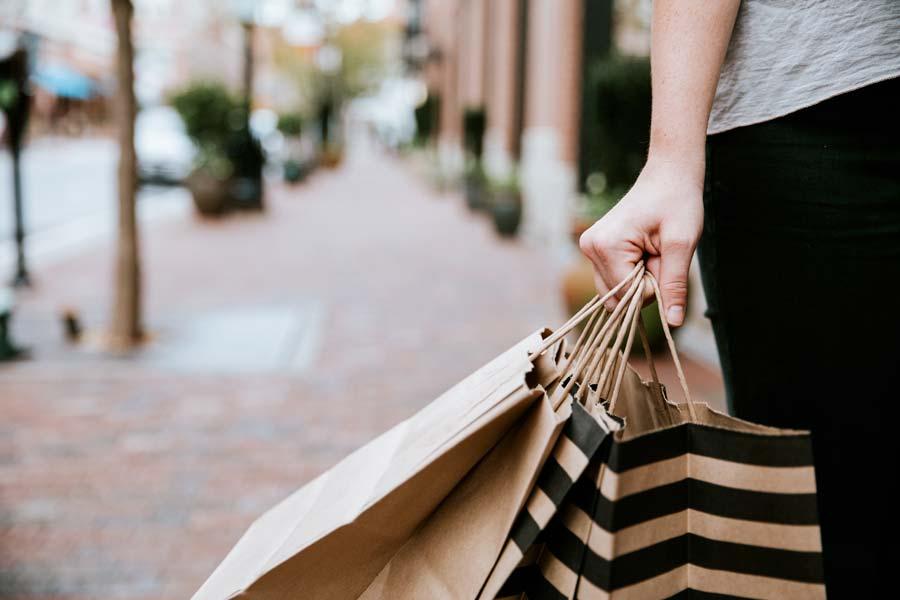 ragazza fa shopping